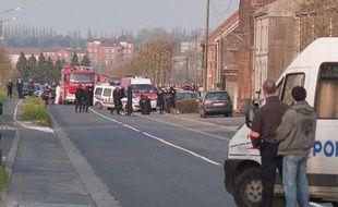 Un périmètre de sécurité installé, le 13 avril 2009, à Douchy-les-Mines, dans le Nord. Un forcené a abattu deux personnes avant de se rendre au GIPN.