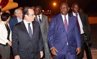 Le président français François Hollande (g) est accueilli à son arrivée à Dakar par son homologue sénégalais Macky Sall le 29 novembre 2014