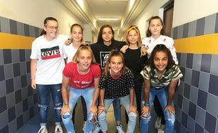 Les U15 de l'OGC Nice dans le couloir du collège Mistral, aux faux airs de vestiaires.