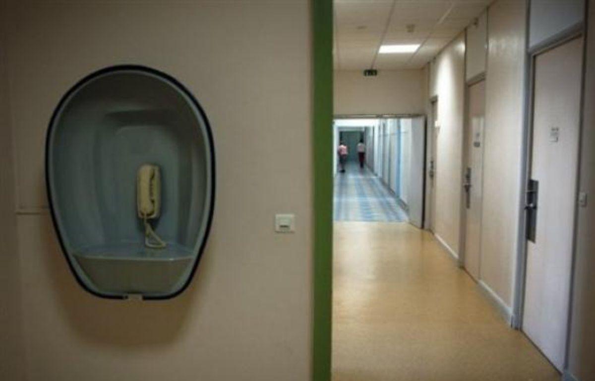 """Les deux """"jeunes hommes"""" qui se sont échappés vendredi de l'hôpital psychiatrique de Saint-Avé (Morbihan) en arrachant une fenêtre du quartier fermé sont toujours recherchés par la police et la gendarmerie, a-t-on appris samedi auprès de la préfecture du Morbihan. – Jean-Philippe Ksiazek AFP/Archives"""