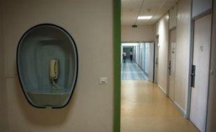 """Les deux """"jeunes hommes"""" qui se sont échappés vendredi de l'hôpital psychiatrique de Saint-Avé (Morbihan) en arrachant une fenêtre du quartier fermé sont toujours recherchés par la police et la gendarmerie, a-t-on appris samedi auprès de la préfecture du Morbihan."""