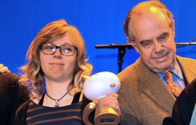 Julie Maroh a reçu le prix du public du festival d'Angoulême 2011 des mains du ministre de la Culture, Frédéric Mitterrand.