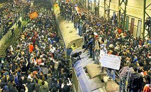 Des Egyptiens attendent leurs proches qui reviennent de Port-Saïd, hier au Caire.