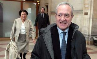 """Considérant que le député-maire Jean Tiberi était bien """"l'instigateur"""" de la fraude électorale commise à la mairie du Ve arrondissement de Paris, le procureur a requis lundi à son encontre une peine de cinq ans d'inéligibilité, à la hauteur de """"la gifle"""" infligée aux électeurs."""