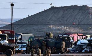 Un drapeau de l'Etat islamique flotte au-dessus de la ville de Kobané, près de la frontière avec la Turquie, le 6 octobre 2014