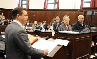Dominique Strauss-Kahn et son avocat Benjamin  Brafman (à d.) écoutent le procureur adjoint Artie McConnell (à g.) lors de l'audience préliminaire du patron du FMI à la Cour criminelle de Manhattan à New York le 16 mai 2011.