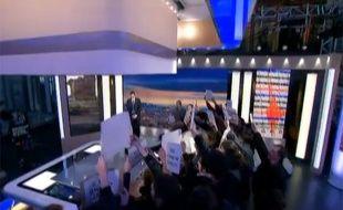 Un groupe d'intermittents du spectacle perturbe le 20H de France 2, le 8 avril 2014.