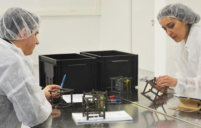 Deux étudiants fabriquent un nanosatellite.