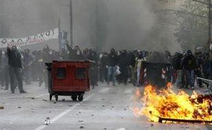 De nouvelles manifestations attendues lundi laissaient craindre une poursuite de la vague de violences urbaines qui secoue les principales villes de Grèce depuis la mort d'un adolescent de 15 ans tué par un policier samedi soir à Athènes.