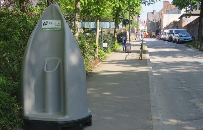 L'un des trois urinoirs mobiles est installé près du théâtre du Vieux Saint-Etienne.