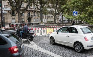 Des voitures près des Champs-Elysées à Paris.