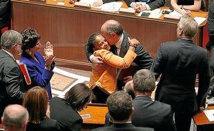 Très émue, Christiane Taubira a été félicitée par ses collègues de la majorité.