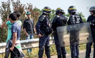 Des policiers français empêchent des migrants d'accéder au port de Calais le 5 août 2015