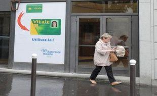 FRANCE, Paris : Une personne passe devant une antenne de la Caisse  primaire d'assurance maladie (CPAM) le 09 juin 2010 à Paris.