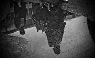 Des passants un jour de pluie.