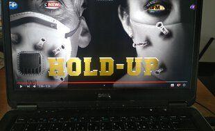 Le film Hold-Up qualifié de documentaire, se démarque des autres vidéos complotistes diffusées jusqu'à présent sur le Web.