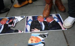 Des manifestants piétinent une photo du président américain, Donald Trump, et du Premier ministre israélien, Benyamin Netanyahou, lors d'un rassemblement à Paris, le 9 décembre 2017.