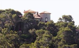 Un pilote d'ULM de 36 ans qui a survolé le domaine du Cap Nègre (sud-est) où séjournent le président français Nicolas Sarkozy et son épouse Carla, a été interpellé jeudi soir sur l'aérodrome de Fayence, a-t-on appris vendredi auprès de la gendarmerie.