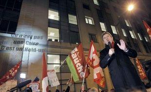 """Le candidat du Front de gauche à la présidentielle Jean-Luc Mélenchon, a galvanisé entre 200 et 300 sympathisants dimanche soir devant le siège parisien de Standard and Poors, à qui il a demandé sous les vivats d'adresser """"un triple zéro"""" aux agences de notation."""