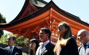 Le Premier ministre français Manuel Valls (c) et son épouse Anne Gravoin (2e à d) visitent le sanctuaire Shimogamo à Kyoto le 3 octobre 2015