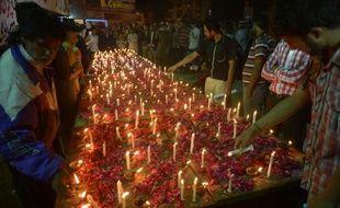 Des personnes rendent hommage aux victimes d'un attentat ayant fait 14 morts au Pakistan, le 15 mars 2015 à Karachi