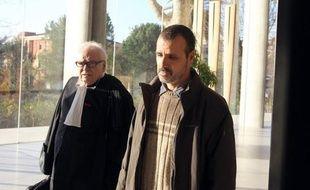 """La famille d'Hakim Ajimi, choquée par les peines de prison """"avec sursis"""" requises la veille, a décidé jeudi de boycotter le dernier jour du procès des sept policiers impliqués dans la mort par asphyxie du jeune homme lors d'une interpellation violente en 2008."""