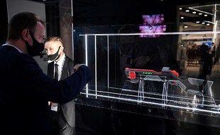 Le groupe Kalachnikov, qui produit le fusil d'assaut AK-47, prévoit de cibler les hipsters et les jeunes avec un fusil de chasse rempli de gadgets, a déclaré son directeur le 9 février.