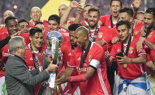 Luis Felipe Vieira remet le trophée de champion du Portugal à son capitaine Luisao en 2017.