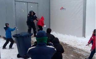Capture d'écran d'une vidéo publiée sur son compte Facebook par un coordinateur du HCR en Serbie, montrant des policiers faire une bataille de boules de neige avec des enfants réfugiés.