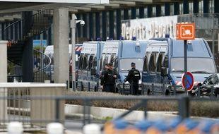 Des policiers sécurisent l'aéroport d'Orly, le 18 mars 2017.