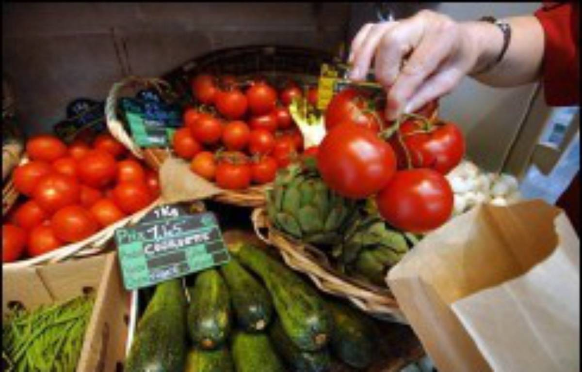 Les prix des fruits et légumes augmentent en France depuis quelques années, mais moins fort que les consommateurs ne le pensent, alors que les achats baissent inexorablement dans le secteur, au profit des services, selon des études publiées lundi. – Mychele Daniau AFP/Archives