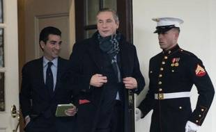 Le PDG d'Alcoa, Klaus Kleinfield, sort de la Maison Blanche, à Washington, le 5 février 2013