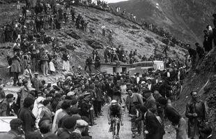 Le Français Antonin Magne est en plein effort dans col du Tourmalet lors de la 16ème du Tour de France entre Luchon et Pau, en juillet 1936.
