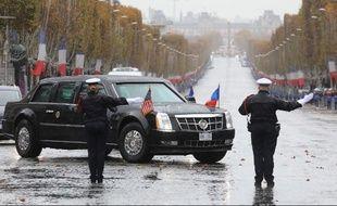 La limousine blindée du président américain, lors de son arrivée ce dimanche aux abords de l'Arc du Triomphe pour les cérémonies du 11-Novembre.