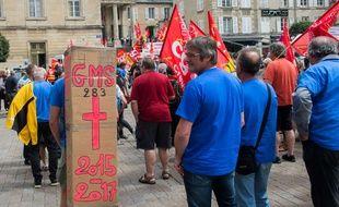 Les salariés de GM&S ont manifesté mardi 23 mai devant le tribunal de commerce de Poitiers.
