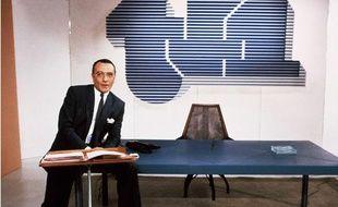 Yves Mourousi sur le plateau de TF1 avant un debat télévisé avec Francois Mitterrand, en avril 1985.