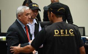L'ex-président Otto Perez emmené par des policiers après son audition par la justice le 3 septembre 2015 à Guatemala city