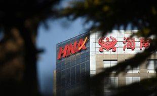 Le logo du groupe chinois HNA visible sur un bâtiment de Pékin, le 18 février 2016