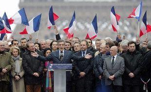 Le candidat LR à la présidentielle François Fillon parmi ses soutiens à un rassemblement place du Trocadéro à Paris le 5 mars 2017