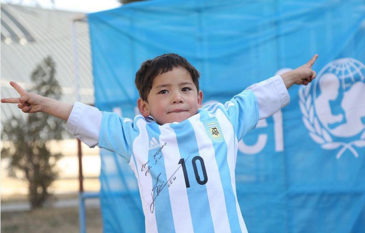 Le jeune afghan avec son maillot de Messi – Instagram