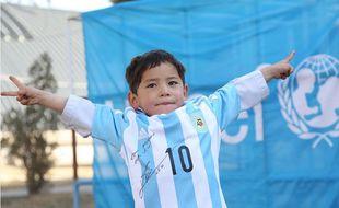 Le jeune afghan avec son maillot de Messi