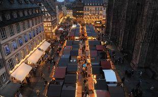 Le marché de Noël, place de la cathédrale, à Strasbourg.