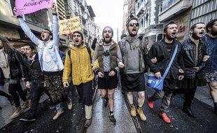 Des hommes manifestent en jupe contre les violences sexistes, en Turquie.