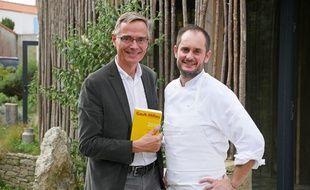 Côme de Chérisey, présiden de Gault&Millau, et Alexandre Couillon, cuisinier de l'année.
