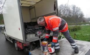 Une déchetterie mobile installée dans le quartier de l'Epeule, à Roubaix.