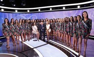 Les 30 candidates et Miss France 2019 sur le plateau du JT de Jean-Pierre Pernaut, à Paris.