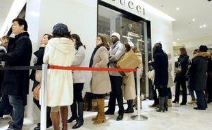 Des clients font la queue devant une boutique Gucci à Paris, pendant les soldes