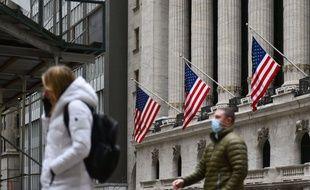 Des passants masqués devant la Bourse de New York, le 25 janvier 2021.