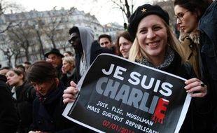 """Une femme brandit une pancarte """"Je suis Charlie"""" lors de la marche républicaine à Paris le 11 janvier 2015"""