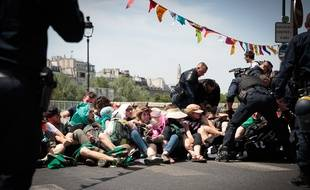 Des militants d'Extinction Rebellion bloquent le pont de Sully à Paris, le 28 juin 2019.